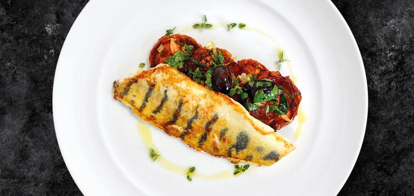 Zubáč s pomaly pečenými paradajkami